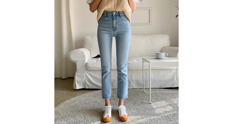 浅蓝色直筒牛仔裤